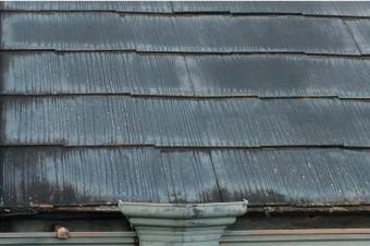 屋根材の経年劣化により塗装が剥がれる