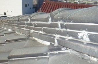 隙間なくシーリングで固められた瓦屋根