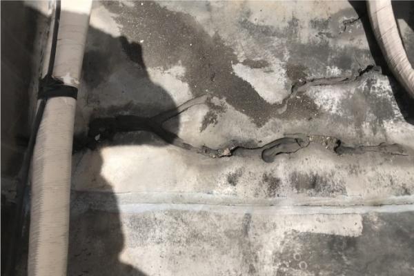 防水シートをコーキングで部分補修した跡