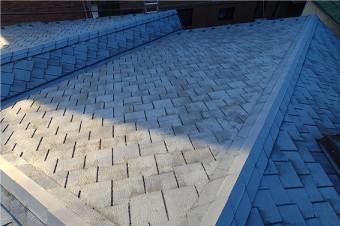 棟板金から見下ろしたアーバニーを使用した屋根