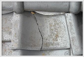 破損した場所から雨水が浸入すると、防水紙や野地板を傷めます