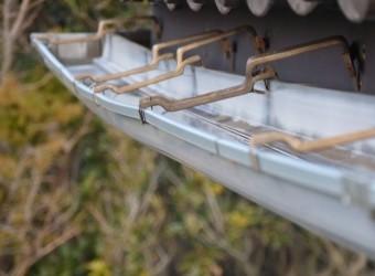 変形した雨樋はうまく雨水を受け取れません