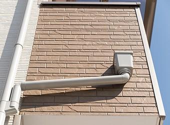 雨樋は雨水を集め、地上や下水に排水させる役割を担っています