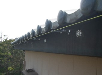 水糸を張り、正確な位置に軒樋金具を設置します