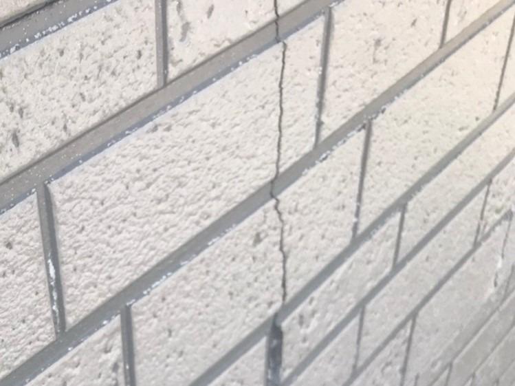 安城市にて劣化でヒビが入った外壁サイディングの張替工事が開始