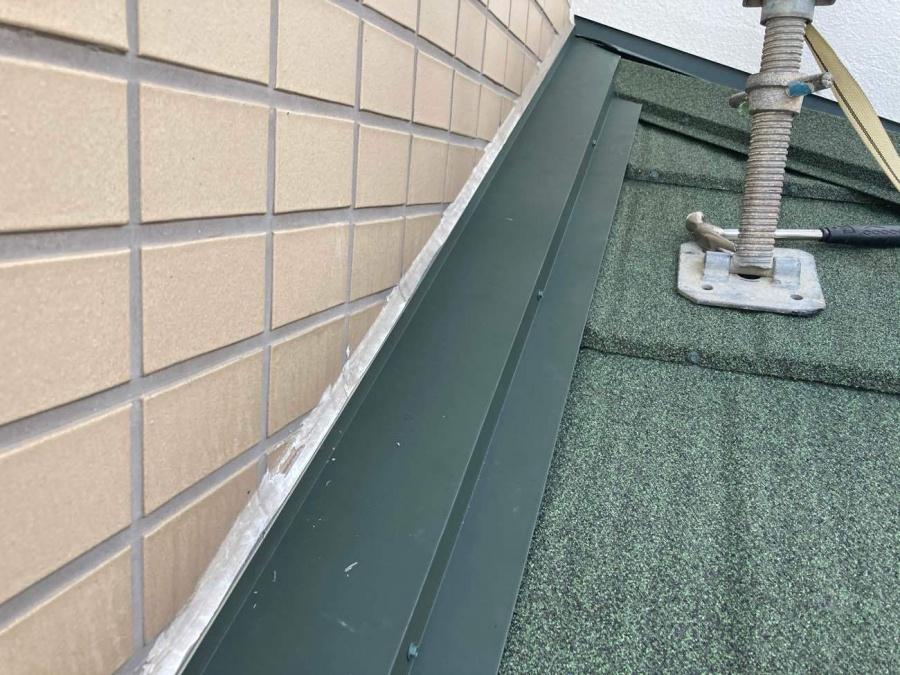 刈谷市にて屋根リフォームを行った雨押え板金のシーリング処理!