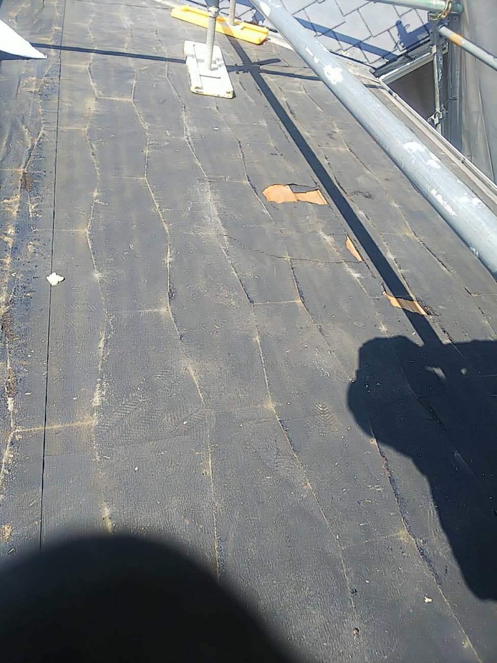 ところどころ破れているのは、屋根材撤去に起こるものです