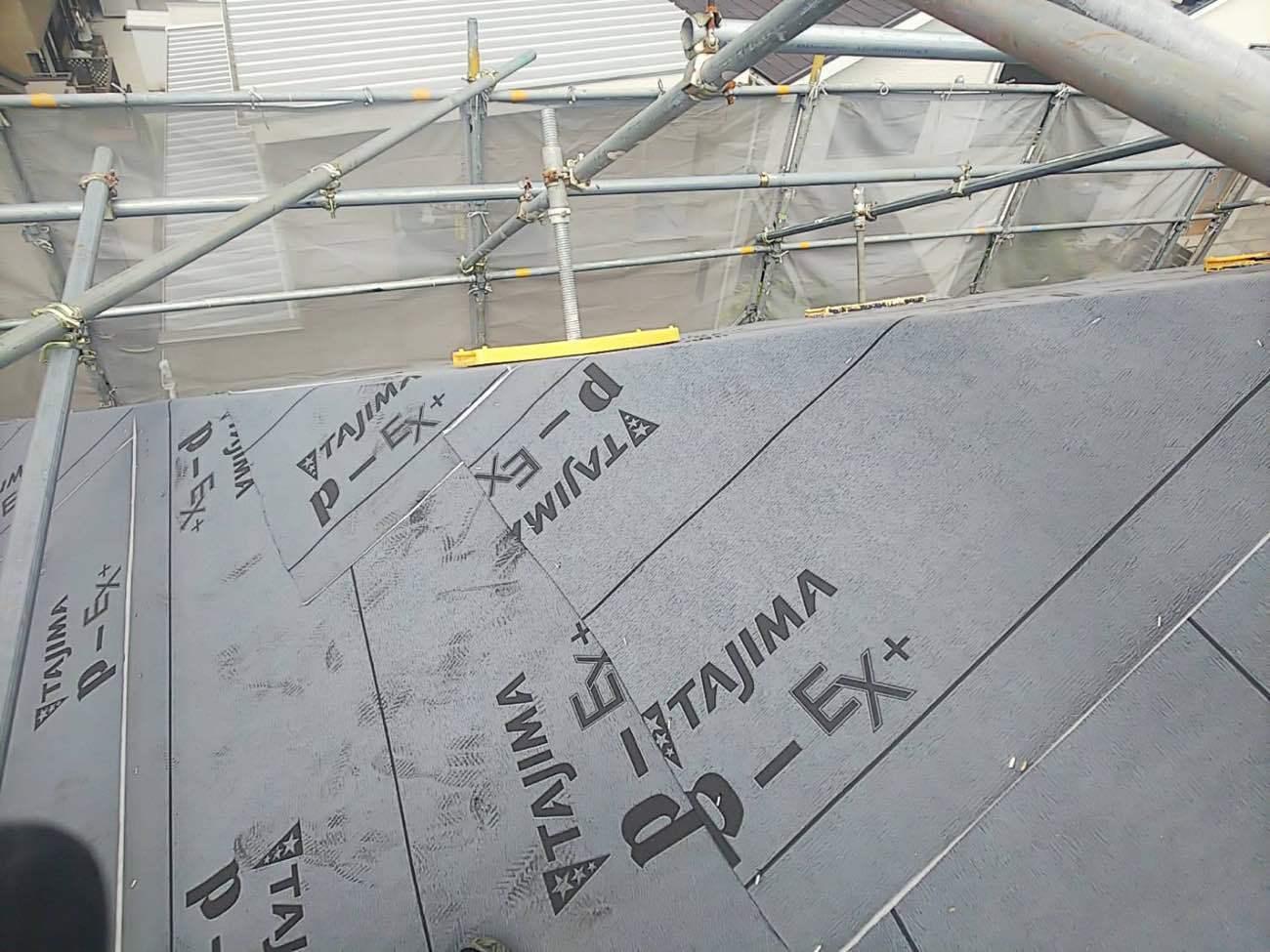 棟部分は雨漏り被害に繋がりやすいので、何重にも重ねます
